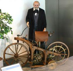 La prima motocicletta della storia